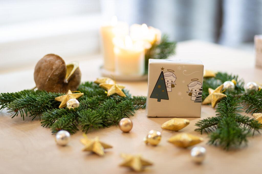 Beiges Geschenkspapier mit Christkind-Design