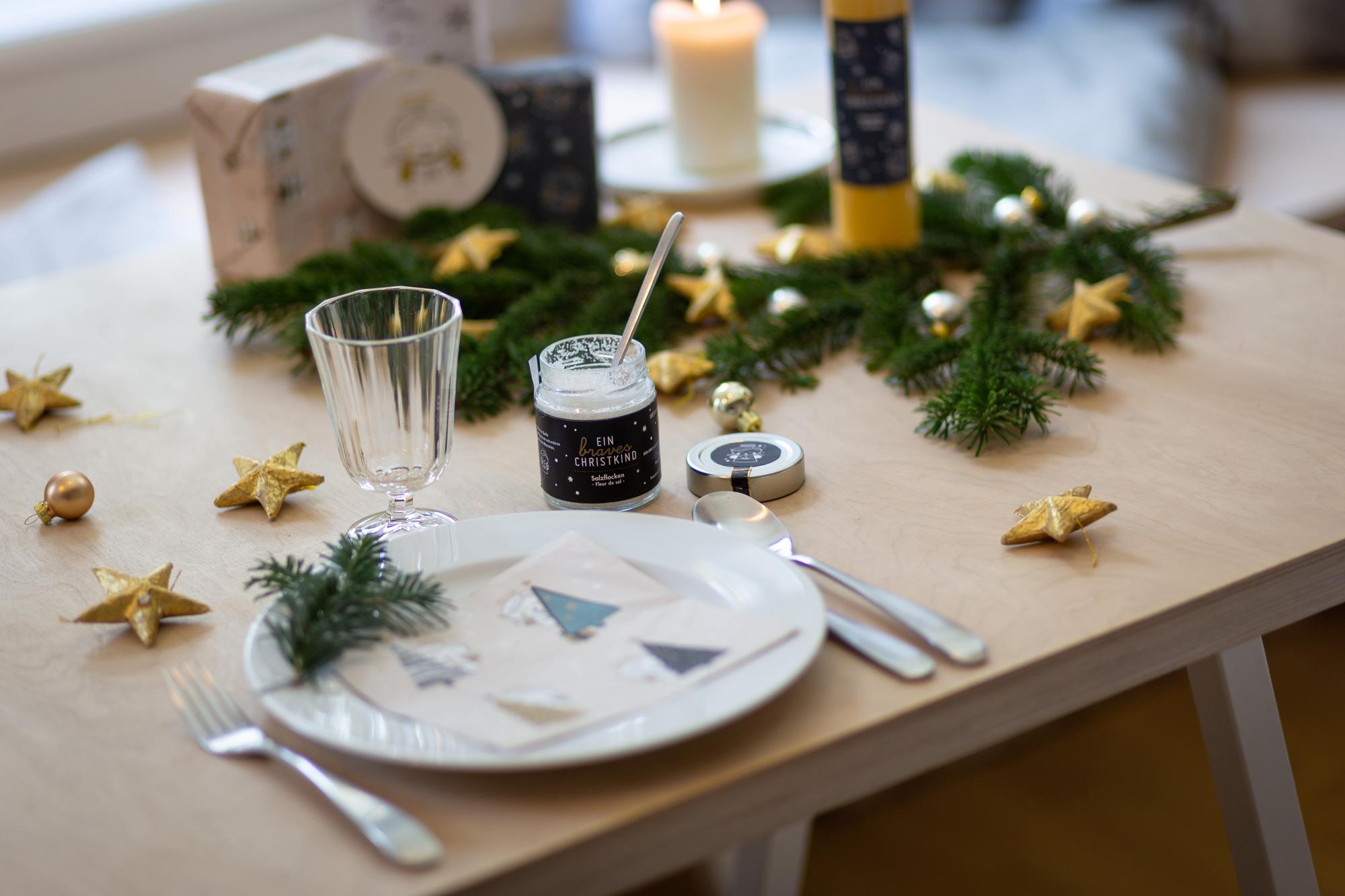Weihnachtlicher Tisch mit Produkten braves Christkind