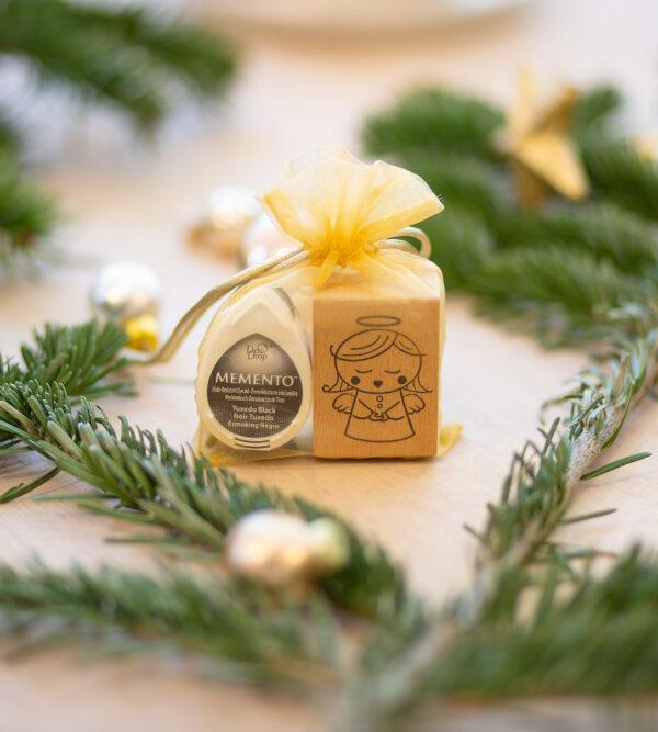 Holzstempel ein braves Christkind zu Weihnachten.