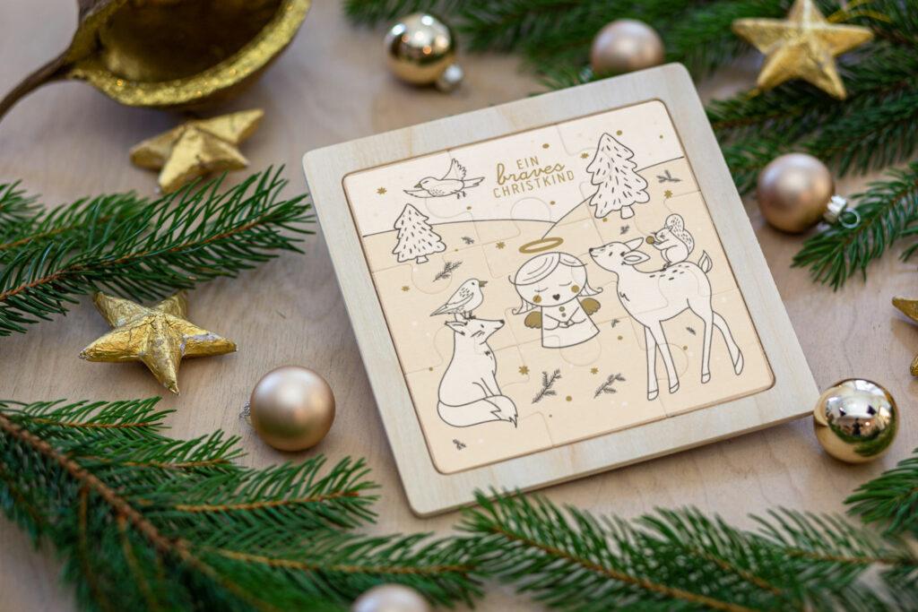 Christkind-Puzzle aus Holz mit weihnachtlichem Motiv.